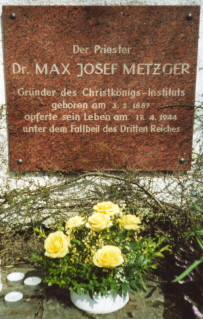 Gedenktafel über Max Josef Metzger bei seiner Grabstätte in Meitingen